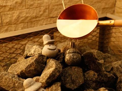 ロウリュウとは、熱されたサウナストーンに水やお湯をかけて発生させる蒸気のこと